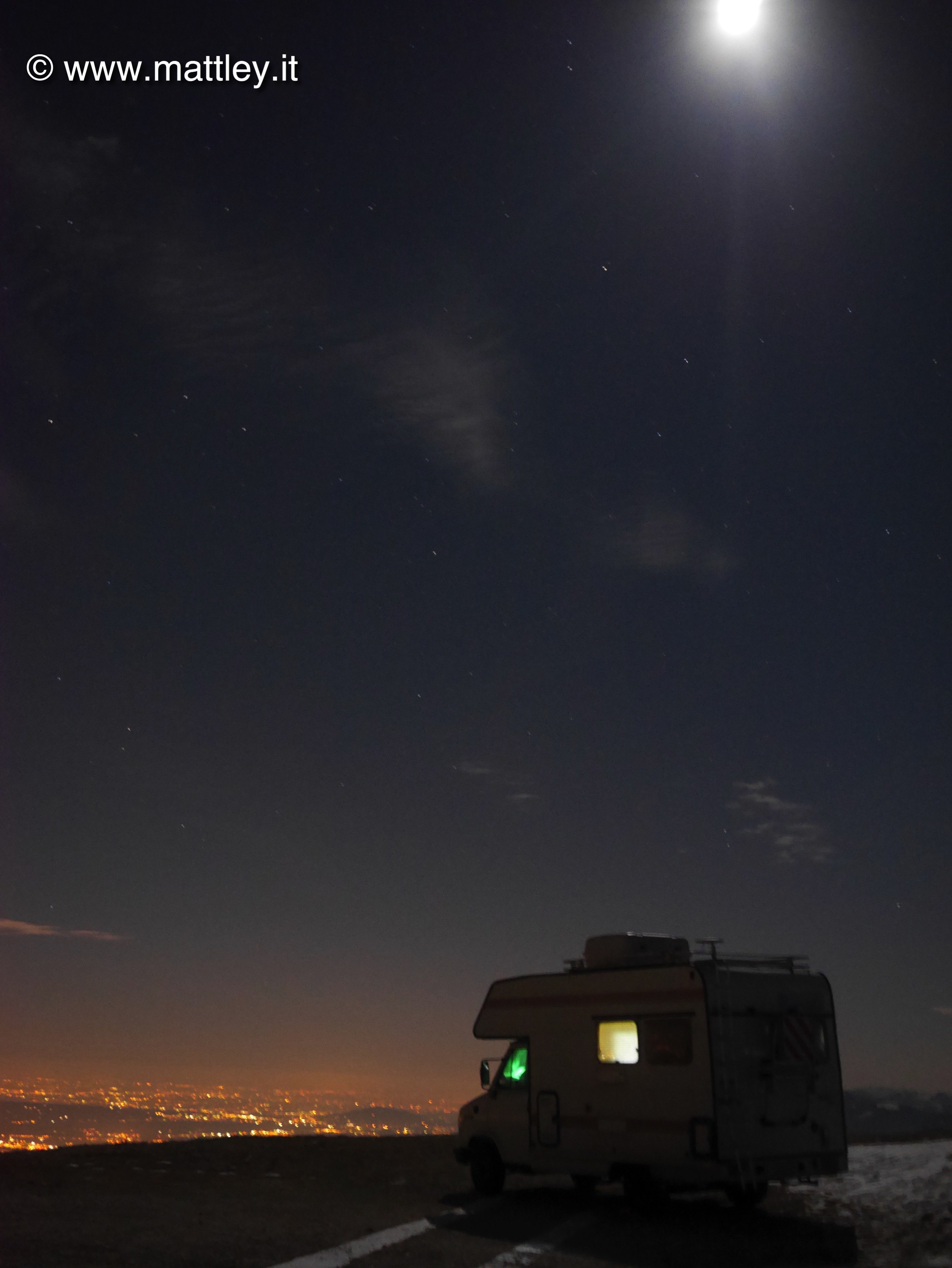 camper con vista panoramica illuminato dalla luna
