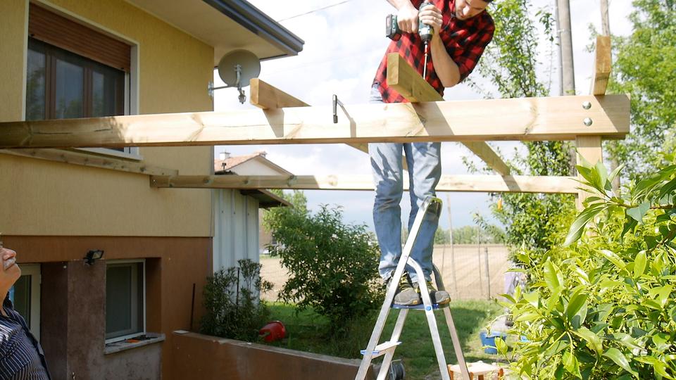Pergola addossata fai da te come costruirla for Costruire una tettoia addossata