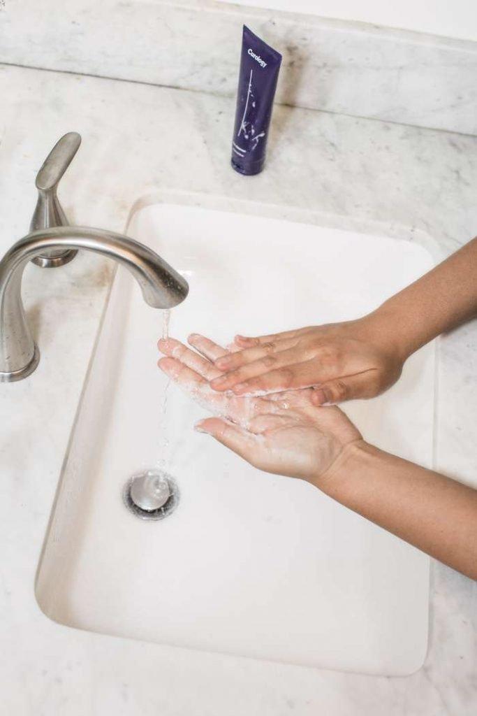 pulire le mani dalla colla
