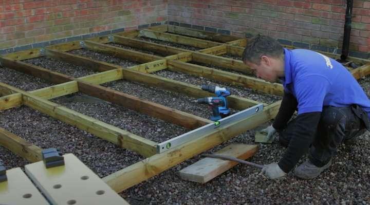 Posare un pavimento in legno per esterni